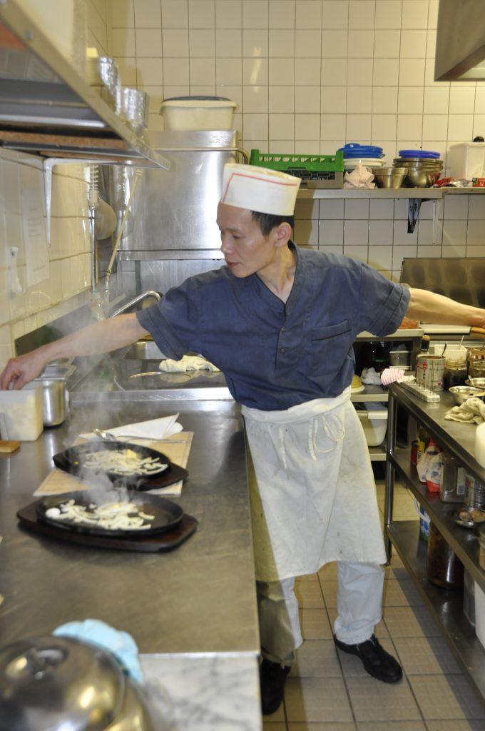 Chefkoch Hailing Yen bereitet seit mehr als 30 Jahren die Speisen selber zu